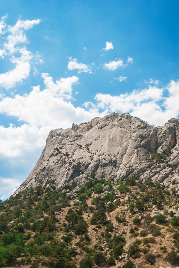 Montagne contre le ciel photos stock