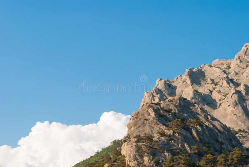 Montagne contre le ciel photo stock