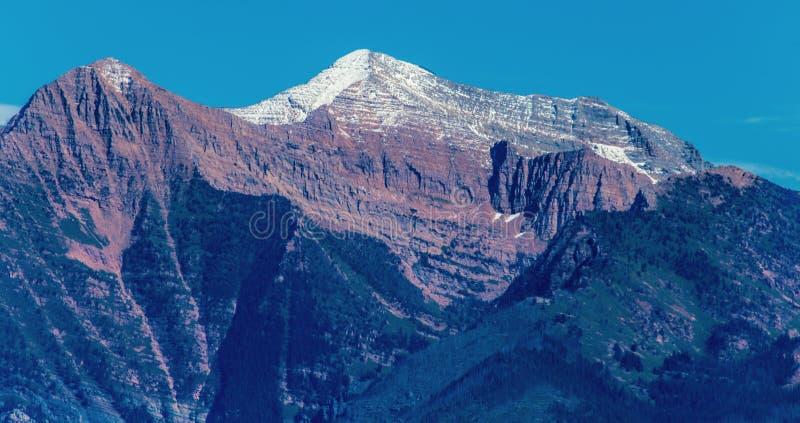 Montagne couronnée de neige photo libre de droits