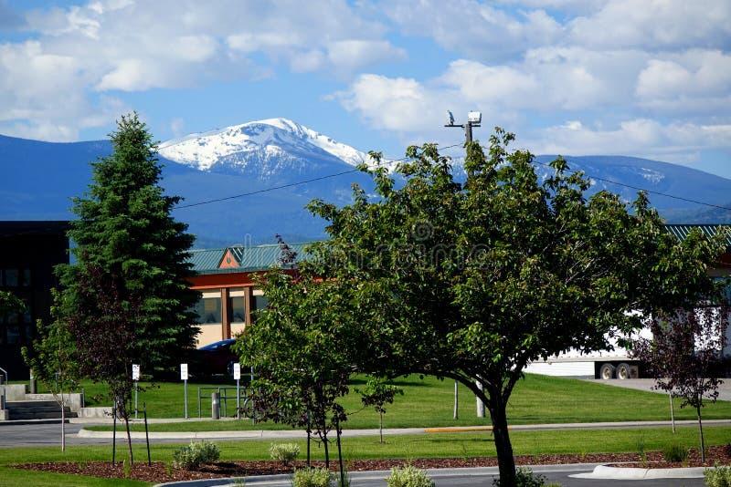 Montagne couronnée de neige en TA de Missoula photographie stock