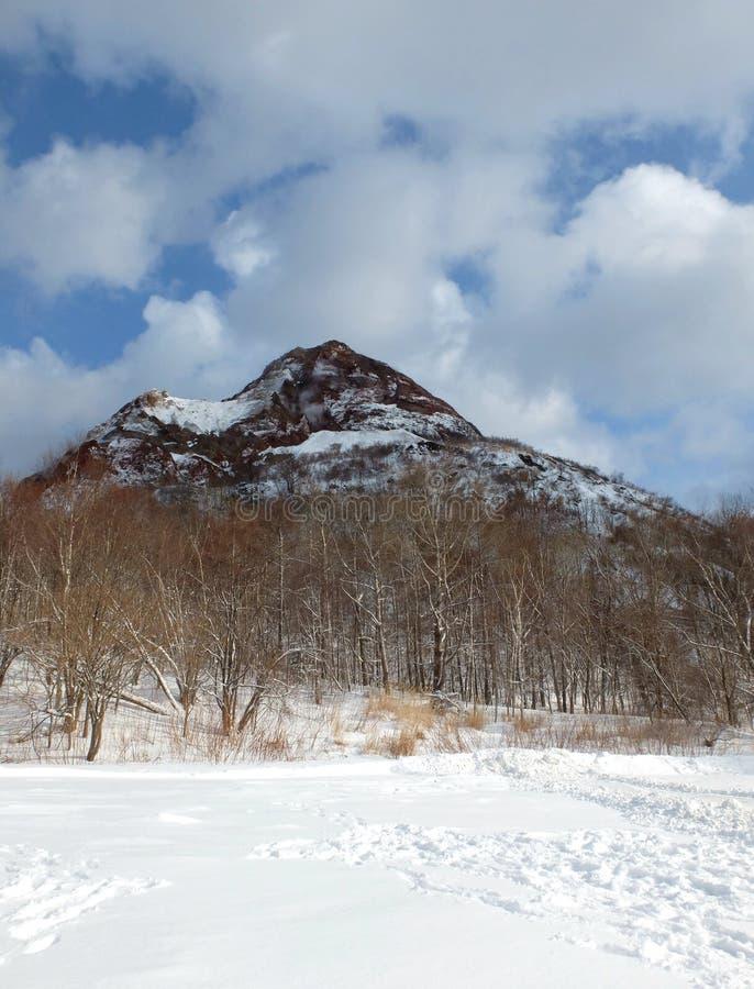 Montagne couverte par le backround de neige en ciel bleu images stock