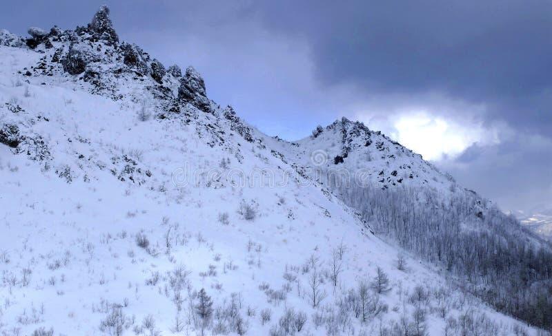Montagne couverte par le fond de neige en ciel bleu photos stock