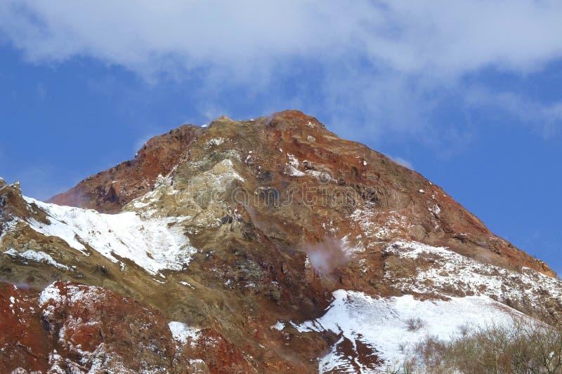 Montagne couverte par le fond de neige en ciel bleu dans un jour de soleil photo libre de droits