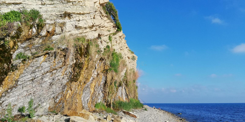 Montagne d'été et paysage de mer contre le ciel sans nuages bleu Fond photographie stock libre de droits