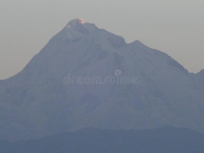 Montagne d'enneigement photo libre de droits