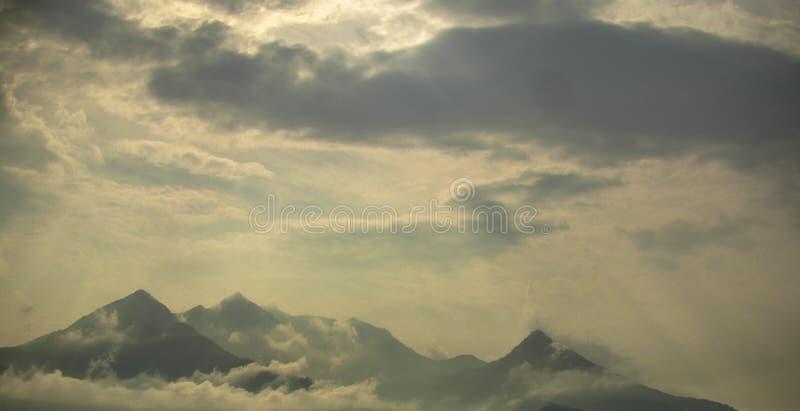 Montagne dans le ciel photos stock