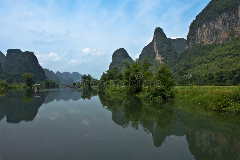Montagne dans le fleuve Li photographie stock
