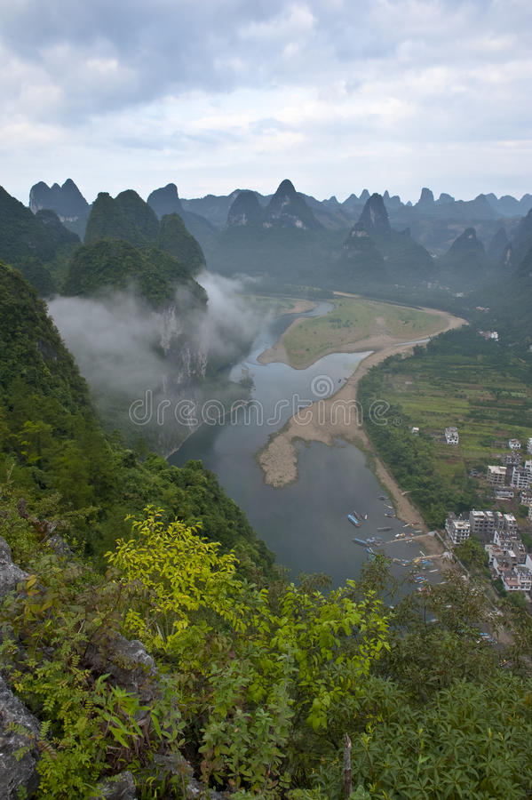 Montagne dans le fleuve Li images libres de droits
