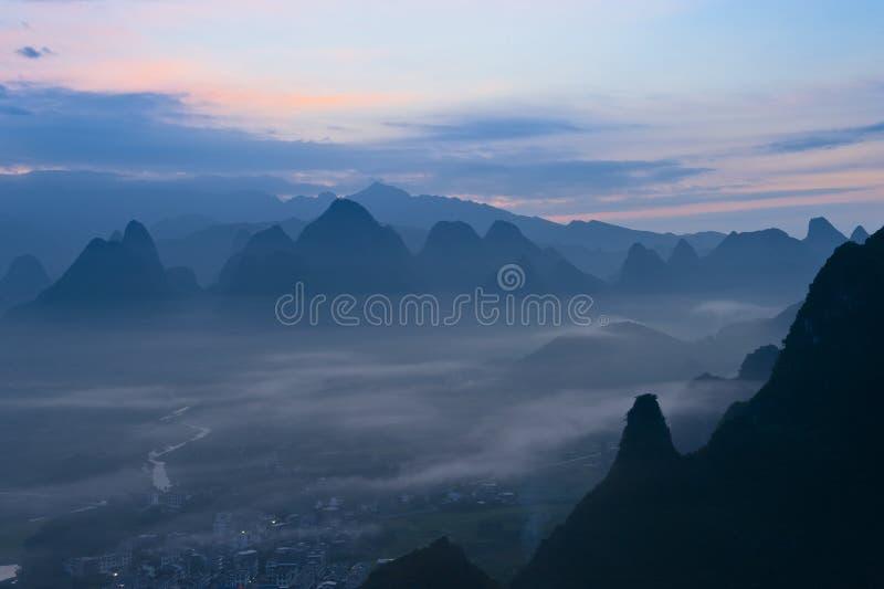 Montagne dans le fleuve Li photos stock
