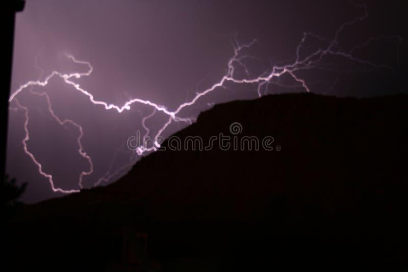 Montagne de attaque de foudre de nuit photos stock