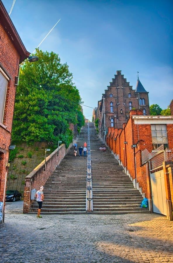 Montagne De beuren l'escalier avec des maisons de brique rouge à Liège, Belg photographie stock