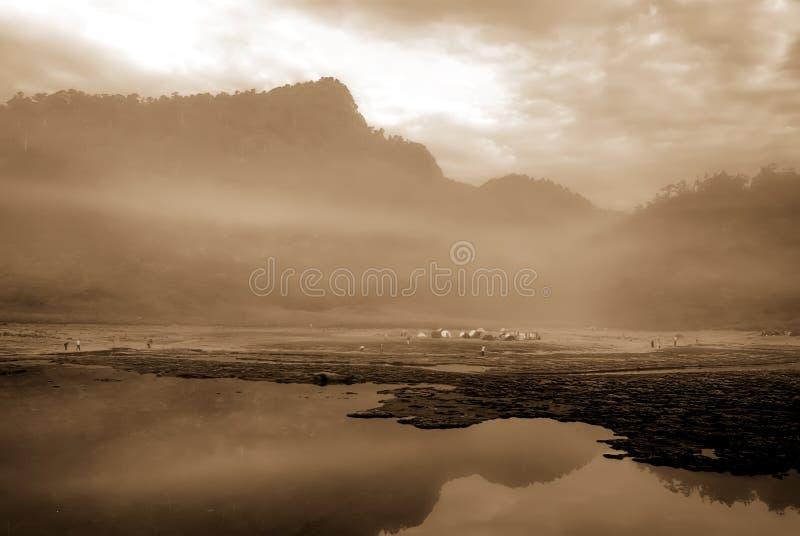 montagne de brouillard de lac image libre de droits