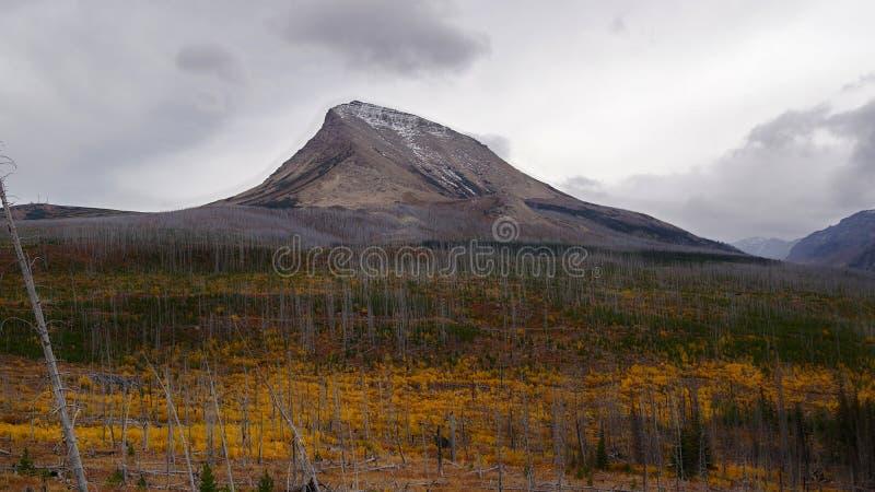 Montagne de clivage sur Autumn Day orageux image stock