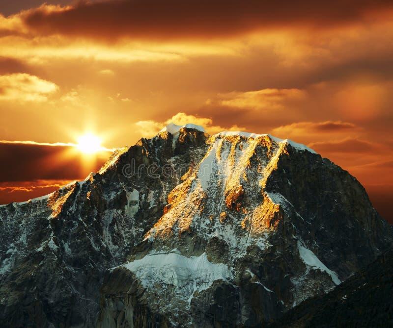 Montagne de Cordillères sur le coucher du soleil images stock