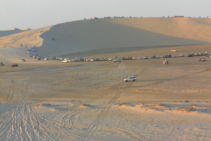 Montagne de désert complètement des voitures du groupe de personnes ayant le rassemblement de voiture de désert photographie stock libre de droits