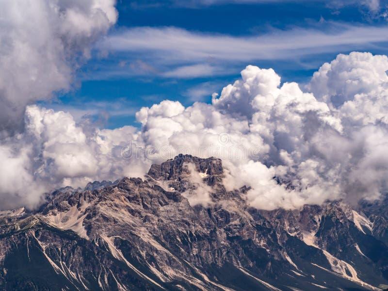 Montagne de dolomites couverte par les nuages renversants photo libre de droits