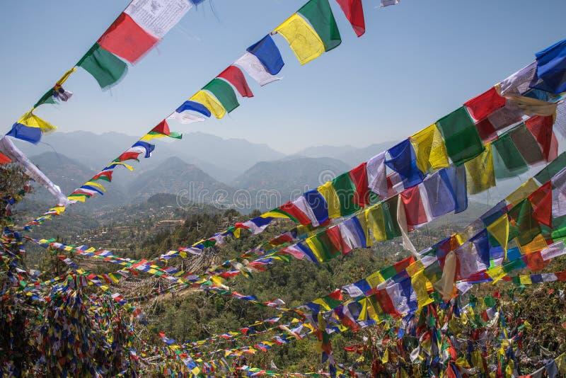 Montagne de drapeau de prière près de monastère de Namobuddha image libre de droits