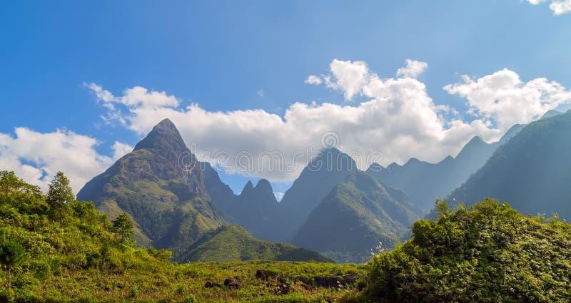 Download Montagne de Fansipan image stock. Image du nuageux, célèbre - 56476767