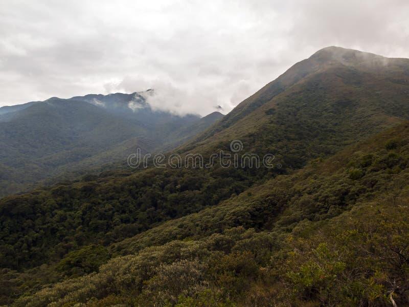 Montagne de fina de Serra avec des nuages pendant l'hiver des gerais Brésil de la Minas photos libres de droits