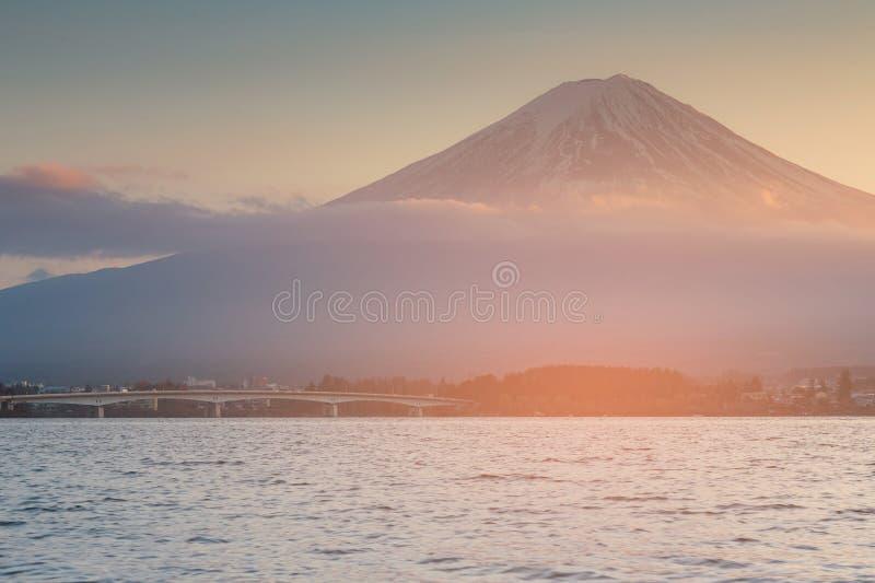 Montagne de Fuji au-dessus de lac de l'eau de Kawaguchiko, Japon images libres de droits