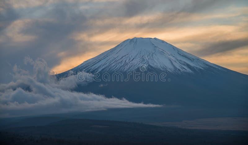 Montagne de Fuji pendant le coucher du soleil photos libres de droits