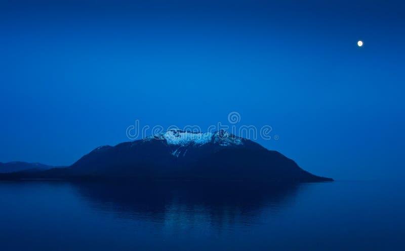 Montagne de l'Alaska avec la lueur de lune photo stock
