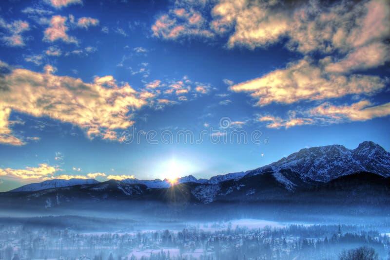 Montagne de l'hiver sur le coucher du soleil image stock