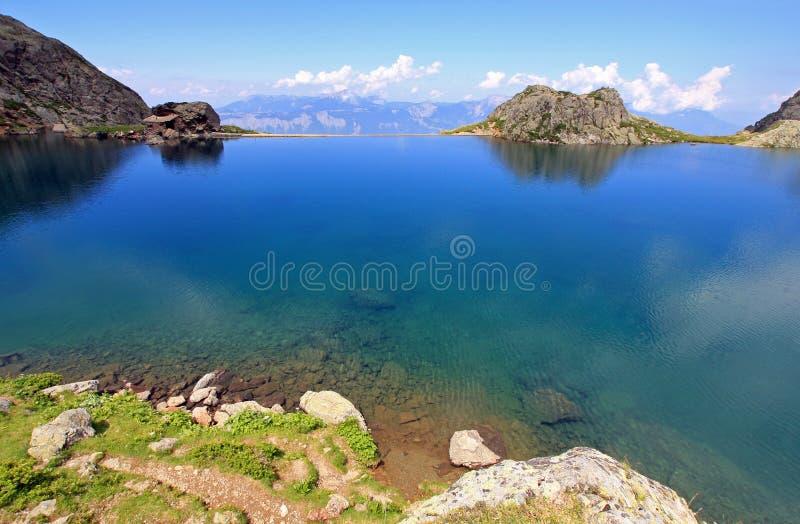montagne de lac photos stock