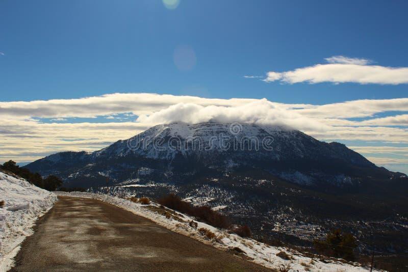 Montagne de 2330 mètres de neigeux un matin d'hiver image stock