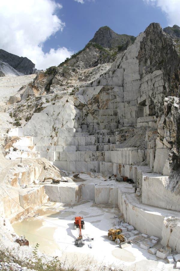 Montagne de marbre de caverne de Carrare image libre de droits
