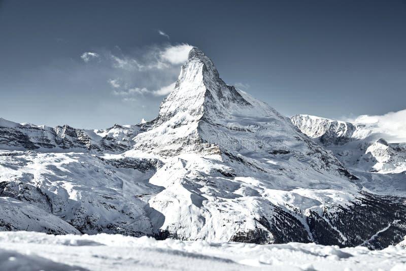 Montagne de Matterhorn couverte par le nuage comme un drapeau photo libre de droits