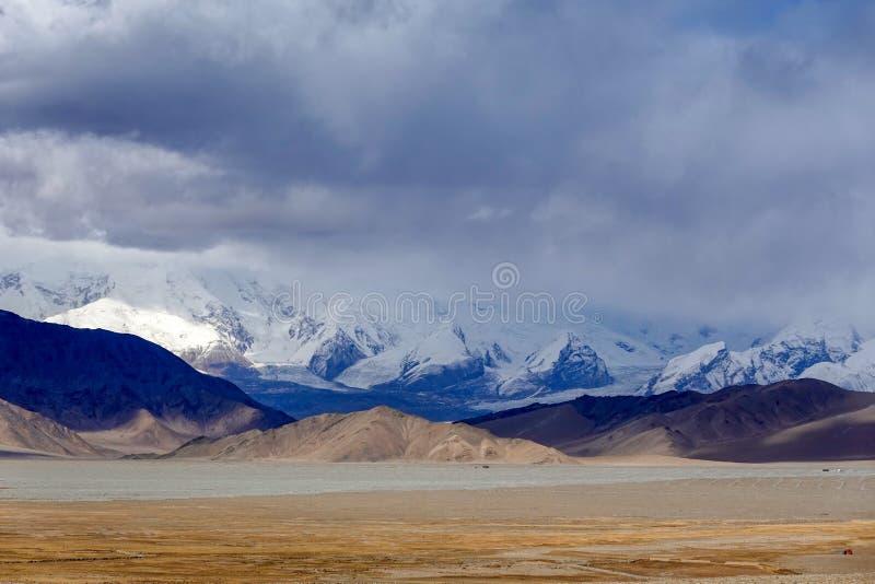 Montagne de Muztagata et lac Karakuri photo libre de droits