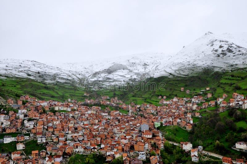 Montagne de neige au-dessus du village photos libres de droits