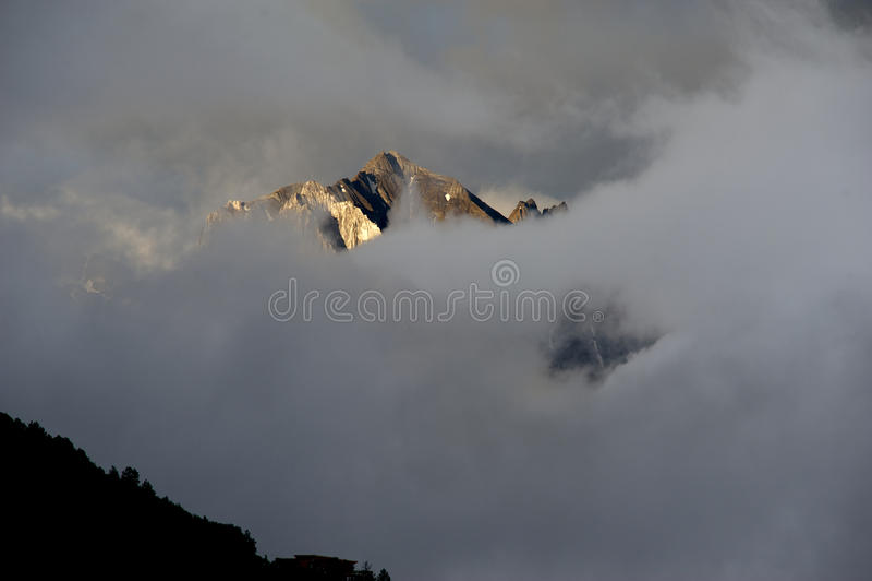 Montagne de neige entrant dans le nuage images libres de droits