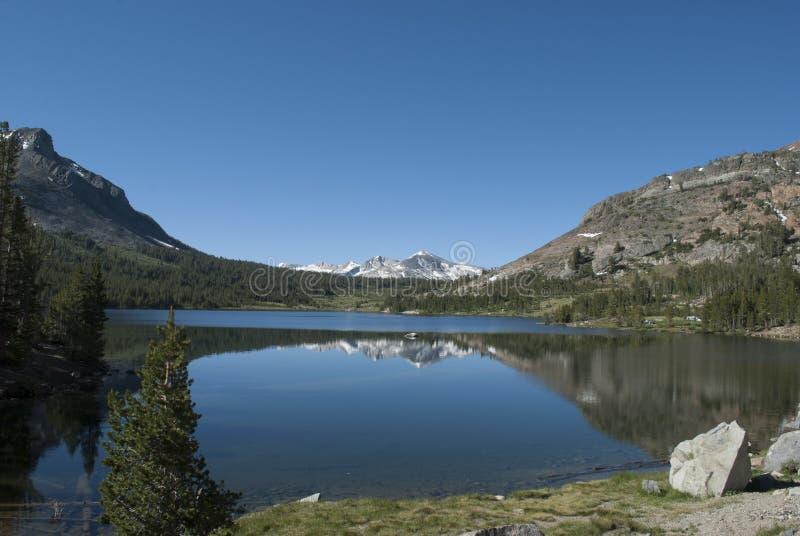Montagne de neige, lac de l'eau bleue et ciel bleu Débattement des montagnes dans l'eau de lac images stock