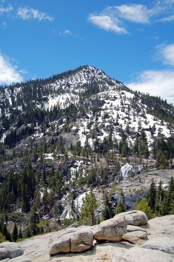 Montagne de neige sur la rive le lac Tahoe photo stock
