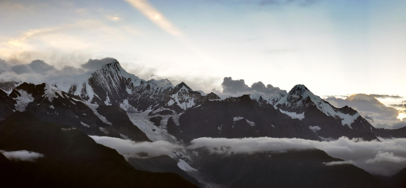 Montagne de neige sur le coucher du soleil image stock