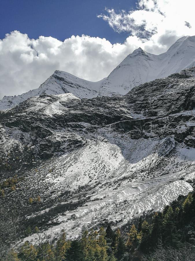 Montagne de neige sur le plateau image stock