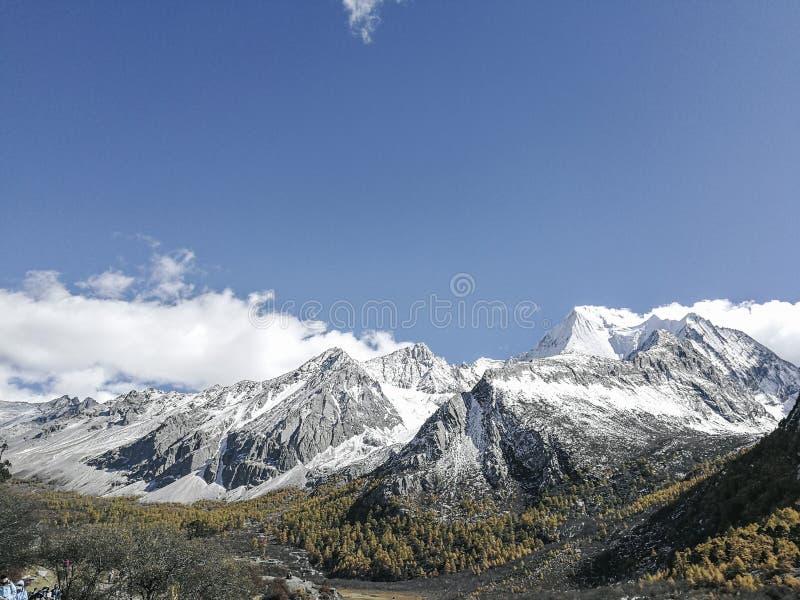 Montagne de neige sur le plateau photo libre de droits