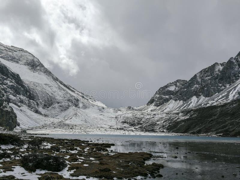 Montagne de neige sur le plateau photos stock