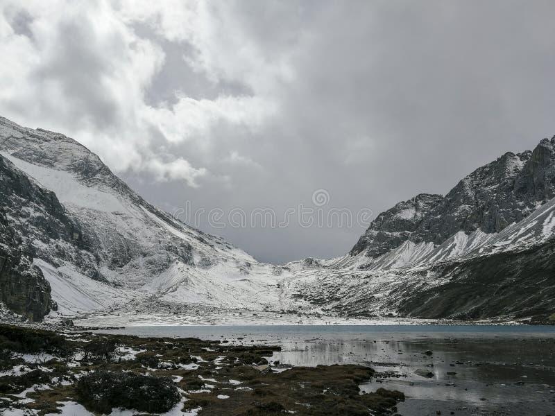 Montagne de neige sur le plateau photographie stock libre de droits
