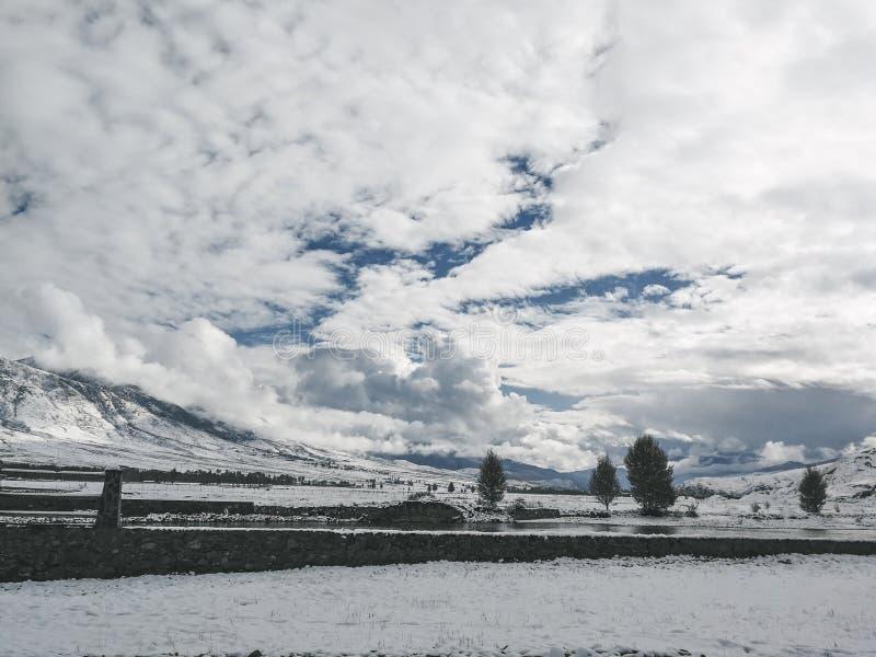 Montagne de neige sur le plateau images libres de droits
