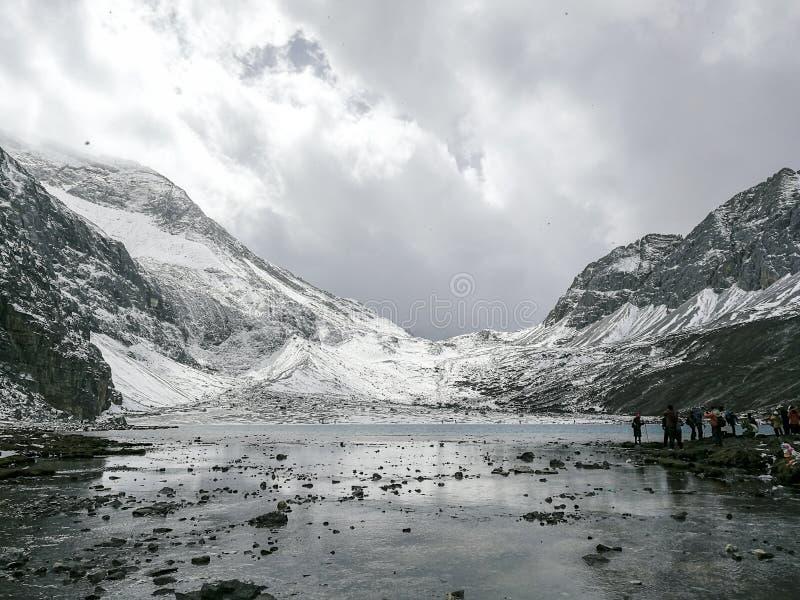 Montagne de neige sur le plateau photographie stock