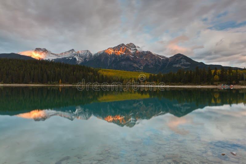 Montagne de Patricia Lake et de pyramide, Canada photos stock