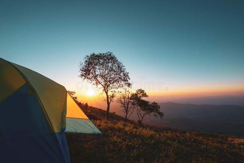 Montagne de paysage au coucher du soleil avec le camping de tente photographie stock libre de droits