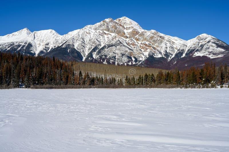 Montagne de pyramide et Patricia Lake congelée dans Jasper National Park Alberta, Canada images stock