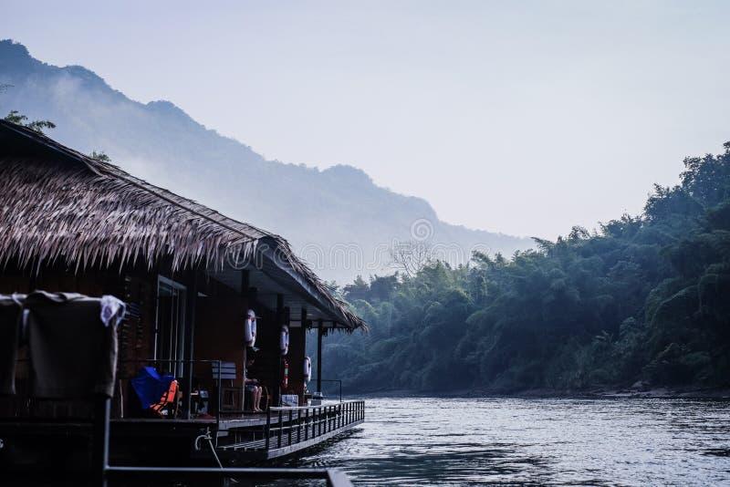 montagne de rivière de forêt images libres de droits