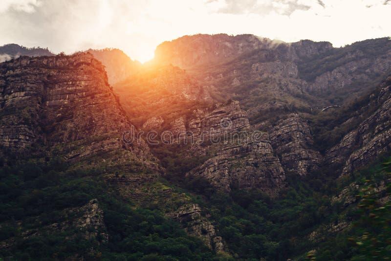 Montagne de roche au coucher du soleil Bel horizontal de nature images libres de droits
