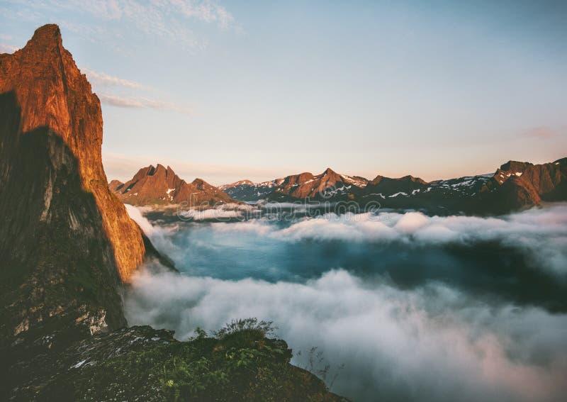 Montagne de Segla de paysage au-dessus des nuages et du fjord photographie stock libre de droits