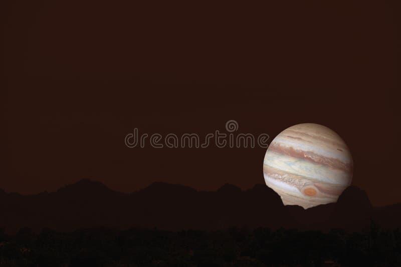 Montagne de silhouette de Jupiter sur le nuage et le ciel nocturne photo stock